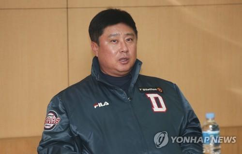 인터뷰하는 김태형 감독