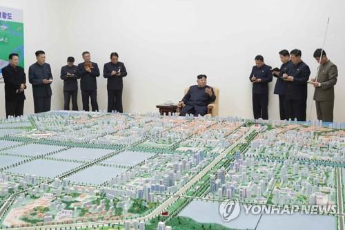 김정은, 북중접경 신의주 건설계획 지도