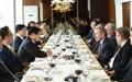 L'ambassadeur américain avec des chefs d'entreprise