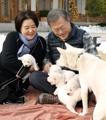 Moon con cachorros de una perra regalada por Corea del Norte