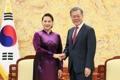الرئيس مون يصافح رئيسة الجمعية الوطنية الفيتنامية