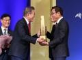 الرئيس مون يمنح برج تصدير 90 مليار دولار لـ سامسونغ للإلكترونيات