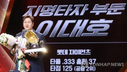 """DH 황금장갑까지…이대호 """"내년엔 1루수로 받고 싶어"""""""