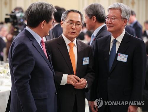 靑 '우윤근 첩보 무시 의혹' 총력대응…조국, SNS로 간접 반박