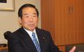 インタビューに応じる額賀日韓議連会長