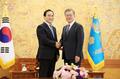 El presidente Moon y el nuevo jefe de la Interpol