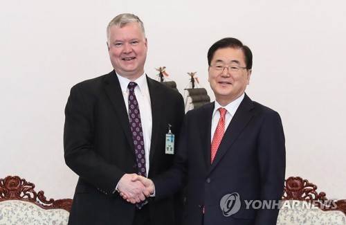 (LEAD) S. Korea's top security adviser meets U.S. envoy on N. Korea