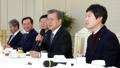 El presidente Moon Jae-in con el partido gobernante