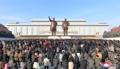 Los norcoreanos rinden tributo a sus exlíderes por el Año Nuevo