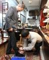 Moon visita una tienda de zapatos a medida