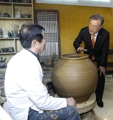 Moon tours village of 'onggi' pottery