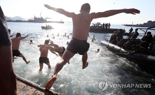 차가운 겨울 바닷속 맨몸 수영…해군 특수부대 혹한기 훈련