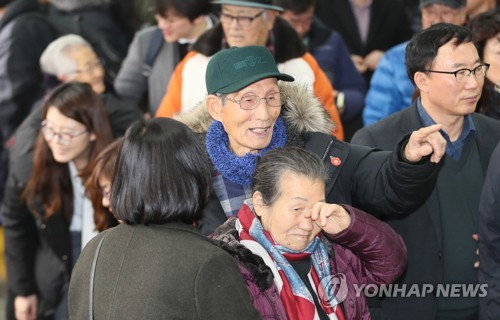 (LEAD) Court drops indictments against Jeju massacre survivors after over 70 years