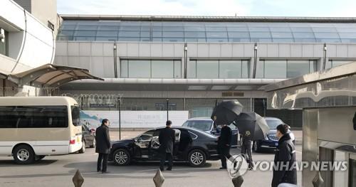 북중 교류 가속…신홍철 외무부상·공연단, 베이징 도착(종합)
