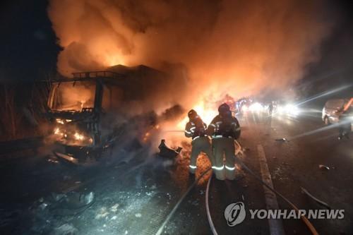 경북 칠곡 고속도로서 탱크로리 트럭 충돌 후 화재
