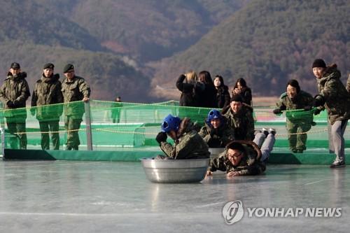 군 장병의 환호·탄성으로 후끈 달아오른 인제 빙어축제장