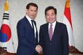 رئيس الوزراء لي ناك-يون يصافح رئيس وزراء النمسا