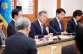 الرئيس مون يناقش استراتيجية إصلاح دائرة المخابرات والنيابة العامة والشرطة