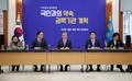 Moon preside una reunión de reforma de órganos de poder