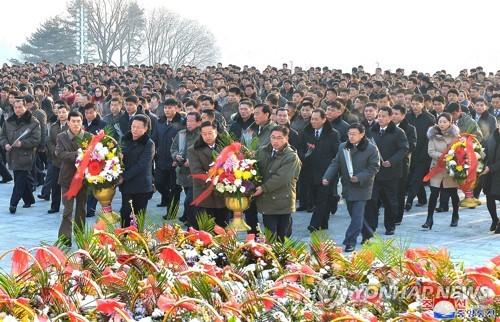"""北, 김정일 생일에 """"경제도 세계선진국 앞서나가야"""" 독려"""