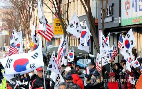 '지지한다' vs '퇴진하라'…김진태 의원 놓고 춘천서 맞불 집회