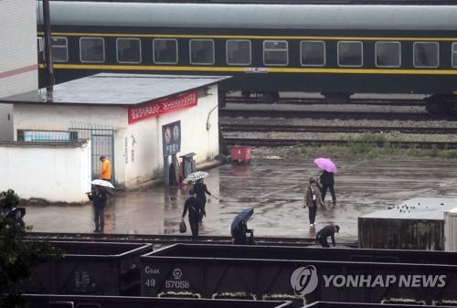 [르포] 중국-베트남 접경 中 핑샹역, 빗속 선로·환경 정비 분주