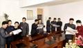 Los trabajadores norcoreanos se alegran del regreso de su líder de su viaje a Vietnam