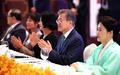 Moon con los residentes surcoreanos en Camboya