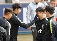 한국 대표팀 선수로는 역대 7번째 최연소(18세 20일)의 나이로 국가대표로 차출된 이강인은 '캡틴' 손흥민(토트넘)과 함께 뛰게 된 것에 대해선 '영광'이라는 단어까지 쓰며 기쁨을 전했다.