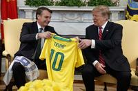 보우소나루, ′펠레10번′ 유니폼 선물…트럼프 ′나토 가입′ 언급