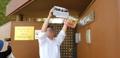 Un grupo de desertores norcoreanos trata de pasar folletos propagandísticos a la embajada norcoreana..