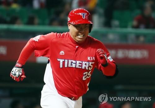 """KIA 이범호 은퇴 결정 """"많은 고민 끝에 결심…지도자 길 걷겠다""""(종합)"""