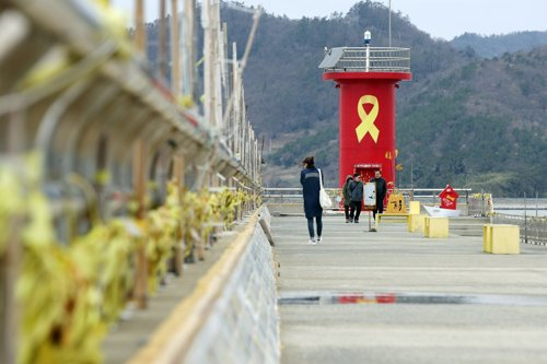(Yonhap Feature) S. Koreans grieve in memory of victims of Sewol ferry sinking on its 5th anniv.
