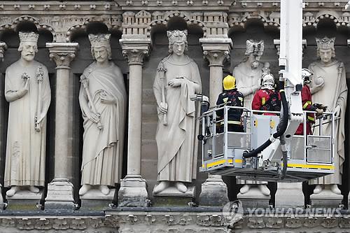 노트르담 대성당 유물들, 루브르 박물관으로 옮긴다