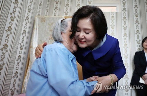 """김정숙 여사, 고려인 요양원 방문…할머니 """"조선 한번 가봤으면""""(종합)"""