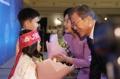Moon con los residentes surcoreanos en Kazajistán