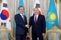 Moon con el expresidente kazajo
