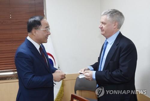 """홍남기, 무디스에 """"성장목표 2.6∼2.7% 달성위해 정책노력"""""""
