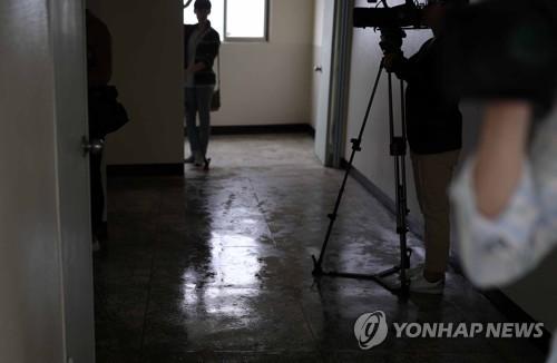 경찰, 위층 할머니 흉기살해 조현병 10대 구속영장