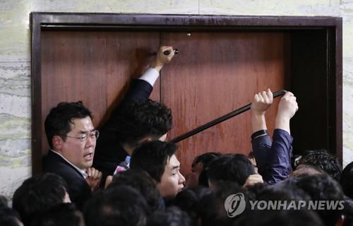 노루발못뽑이·쇠망치·장도리 등장…민주·한국 '빠루 공방'(종합2보)
