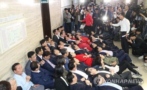 여야3당 사법개혁 패스트트랙 지정 시도…한국, 스크럼짜고 저지