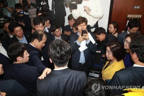 정개·사개특위 위원장, 질서유지권 발동(2보)