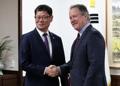 El ministro de Unificación surcoreano con el jefe del PMA