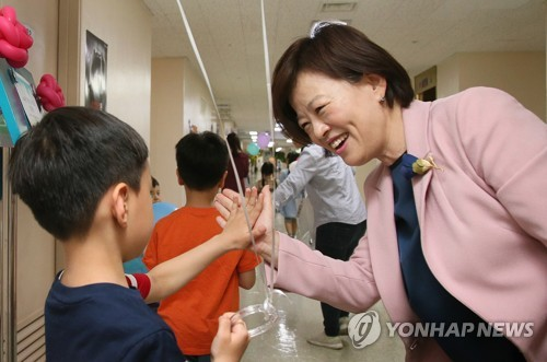 진선미 '학교밖청소년' 건강검진 도우미로…출장검진 현장 방문