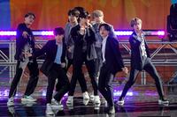 전세계 스타디움 투어를 이어가고 있는 K팝 그룹 방탄소년단(BTS)이 미국 뉴욕을 찾은 15일(현지시간) 맨해튼 전역은 ′BTS 열기′로 가득찬 분위기다. 방탄소년단은 이날 오전 맨해튼 센트럴파크의 야외공연장인 ′럼지 플레이 필드′에서 진행된 서머콘서트 시리즈의 오프닝 무대를 장식했다.