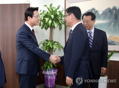 Unification minister meets with Christian pastors over aid to N. Korea