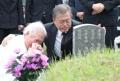 Moon consuela al familiar de una víctima de la represión del levantamiento de Gwangju