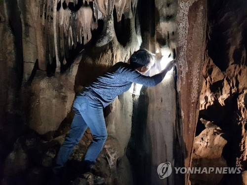 컴컴한 굴에서 나온 수많은 글자…금석문 보고 된 성류굴