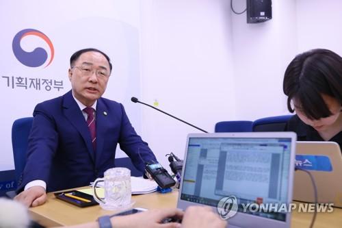 """[속보] 홍남기 """"환율변동성 확대…쏠림으로 시장불안 발생시 안정화"""""""