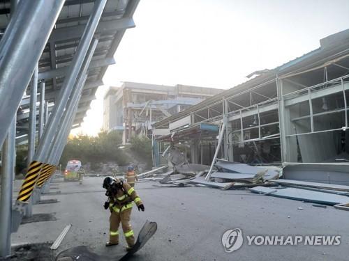 """[속보] 소방 """"강릉 폭발사고 매몰자 1명 수색중…붕괴 위험 있어"""""""